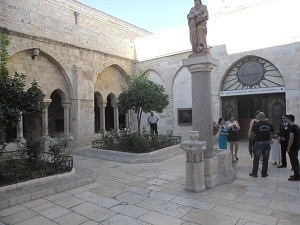 Dziedziniec Bazyliki Narodzenia Pańskiego w Betlejem.