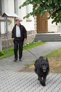 proboszcz-i-pies