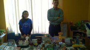Na małej sali było również stoisko z dewocjonaliami, książkami i płytami obsługiwane przez sympatycznych młodych wolontariuszy.